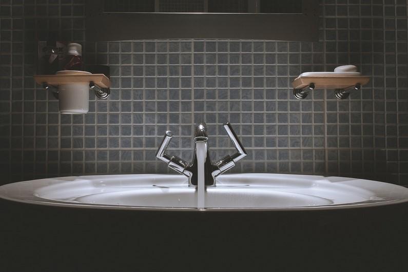 Déboucher ses canalisations : alternatives naturelles aux produits chimiques